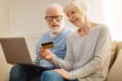 使用网上付款的正面高兴成熟人民 库存图片