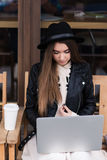 使用网书的年轻人相当女性自由职业者的画象为距离工作,当选址在长凳在新鲜空气时 免版税库存图片