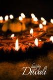 使用美丽的黏土diya灯的愉快的屠妖节贺卡设计在diwali夜庆祝点燃了 印地安印度轻的节日加州 免版税库存图片