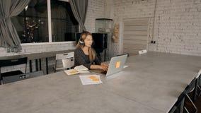 使用耳机和话筒的妇女谈话与客户 股票视频