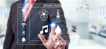 使用聪明的家庭数字接口3D翻译的商人 免版税库存照片