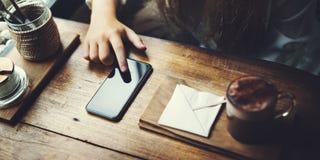 使用聪明的电话概念,咖啡店日志放松 免版税库存图片