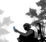 使用聪明的电话selfie的骑自行车者妇女 免版税库存图片