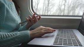 使用膝上型计算机个人计算机和智能手机触感衰减器的女性手在火车 笔记本少妇感人的触摸屏幕的胳膊  股票录像