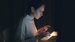 使用膝上型计算机买的网络购物的美丽的白种人妇女由信用卡 影视素材