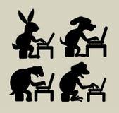 使用膝上型计算机剪影的动物 免版税库存照片