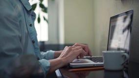 使用膝上型计算机卷动页的企业年轻人 在家工作的自由职业者 股票视频