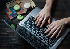 使用膝上型计算机和在她的办公室桌上的女实业家 图库摄影