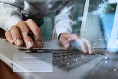 使用膝上型计算机和拿着信用卡的手与安全付款 库存照片
