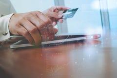 使用膝上型计算机和拿着信用卡的手与安全付款 免版税库存照片