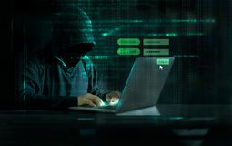 使用膝上型计算机和注册屏幕有代码的黑客数字式 网络攻击概念 图库摄影