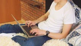 使用膝上型计算机在家客厅家庭办公室的成功的商人 股票录像