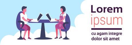 使用膝上型计算机家庭办公室工作场所自由职业者的雇员人妇女勤勉过程水平的横幅的企业夫妇 向量例证
