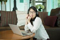 使用膝上型计算机的一个亚裔性感的女商人 图库摄影