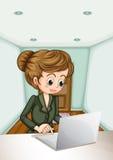 使用膝上型计算机的一名严肃的女实业家 免版税库存图片