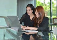 使用膝上型计算机的亚裔女商人在会议室 图库摄影