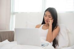 使用膝上型计算机的亚裔女孩 库存照片