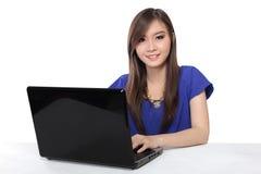 使用膝上型计算机的亚裔妇女 免版税库存图片