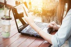 使用膝上型计算机的亚裔妇女 免版税库存照片