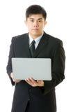 使用膝上型计算机的亚洲商人 免版税图库摄影