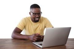 使用膝上型计算机的人反对白色背景 免版税库存照片
