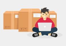 使用膝上型计算机的人跟踪货物,货物技术事务 免版税库存照片