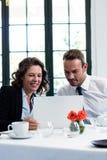 使用膝上型计算机的企业同事,当开会议时 库存图片