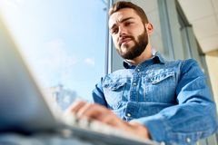 使用膝上型计算机的企业学生在阳光 图库摄影