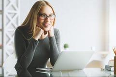 使用膝上型计算机的俏丽的女实业家 图库摄影