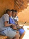 使用膝上型计算机的农村小学生 库存照片