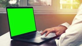 使用膝上型计算机的医生在办公室 使用在她的便携式计算机上的年轻医疗专家触感衰减器 股票视频