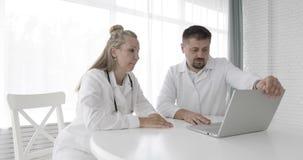 使用膝上型计算机的医疗专家 影视素材