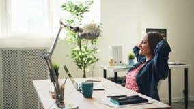 使用膝上型计算机的后面观点的美女在然后休息微笑的办公室 股票录像