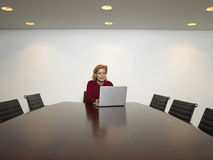 使用膝上型计算机的商人在会议室 图库摄影
