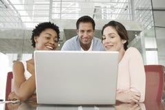 使用膝上型计算机的商人在会议桌 库存照片
