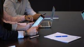 使用膝上型计算机的商人在办公室 影视素材