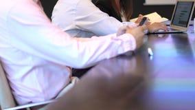 使用膝上型计算机的商人在办公室 股票视频