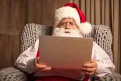 使用膝上型计算机的圣诞老人 库存图片
