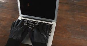 使用膝上型计算机的夜贼的手 股票录像