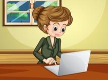 使用膝上型计算机的夫人在窗口附近 免版税库存照片