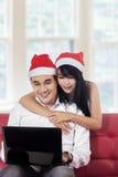 使用膝上型计算机的夫妇在网上预定的 库存照片