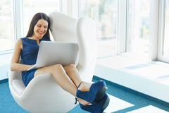 使用膝上型计算机的女商人在办公室 企业例证JPG人向量 免版税库存照片