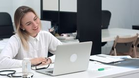 使用膝上型计算机的女实业家为录影电话 免版税库存照片