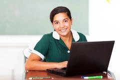 使用膝上型计算机的女小学生 免版税库存图片