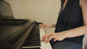 使用膝上型计算机的女性使用的钢琴 影视素材
