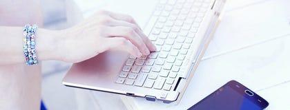 使用膝上型计算机的妇女和键入,盖子模板为社会网络 免版税库存图片