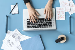 使用膝上型计算机的妇女在办公室 库存照片