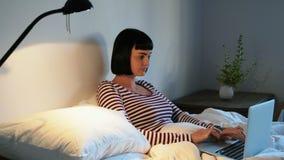 使用膝上型计算机的妇女在卧室4k 影视素材