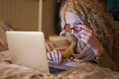 使用膝上型计算机的妇女在河床在晚上003 免版税库存照片