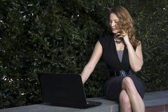 使用膝上型计算机的妇女 免版税库存图片